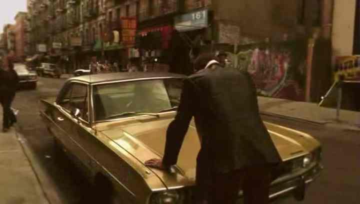 Em frente a um Dart 70, o personagem Sam Tyler demonstra confusão.
