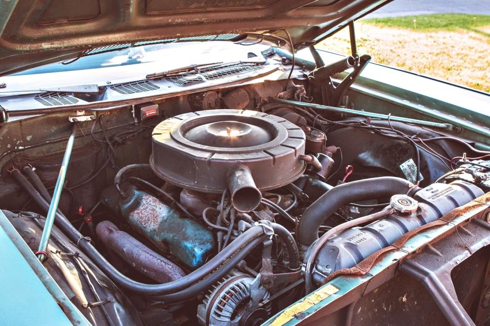 Motor V8 383 polegadas cúbicas.